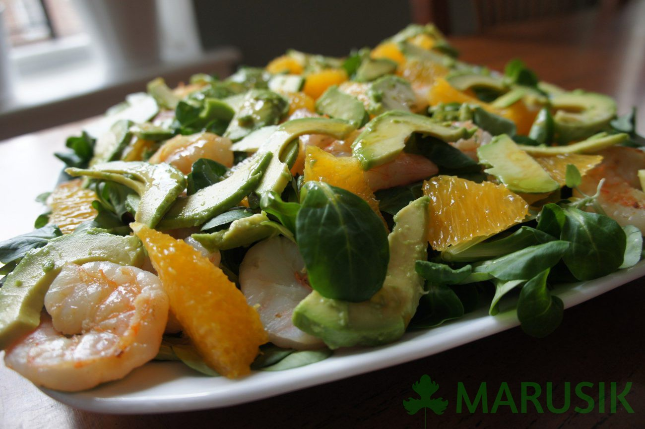 Mache salad with shrimps and oranges