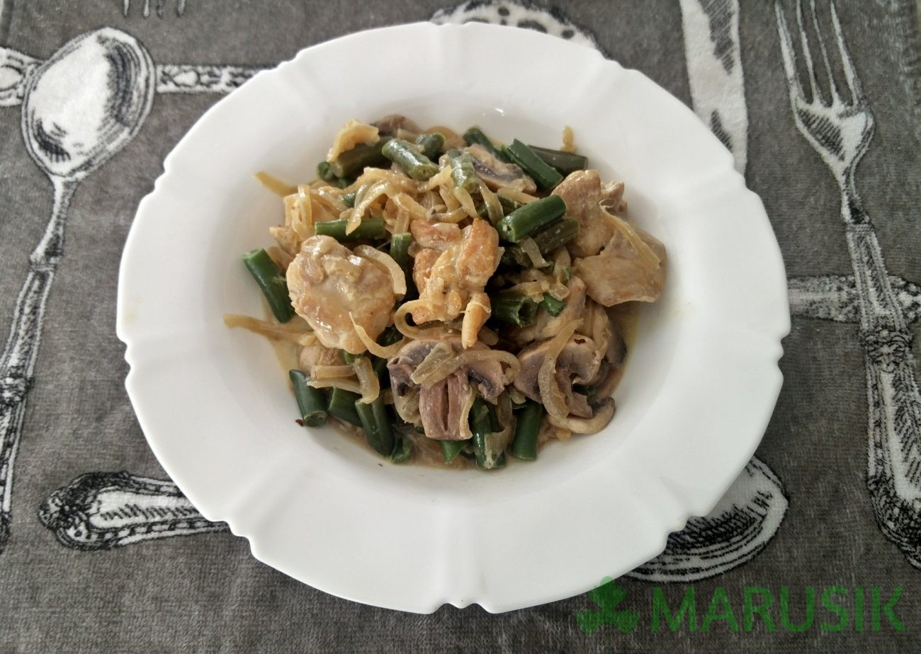 Chicken with green beans and mushrooms